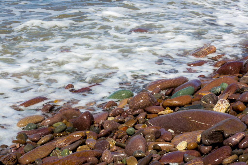 Även stenarna är gröna på den gröna ön.