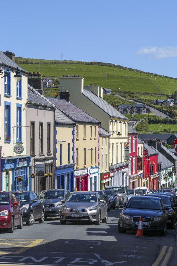 I Dingle finns betydligt fler färger än den gröna som i övrigt dominerar på den Irländska ön. Se kullarna i bakgrunden.