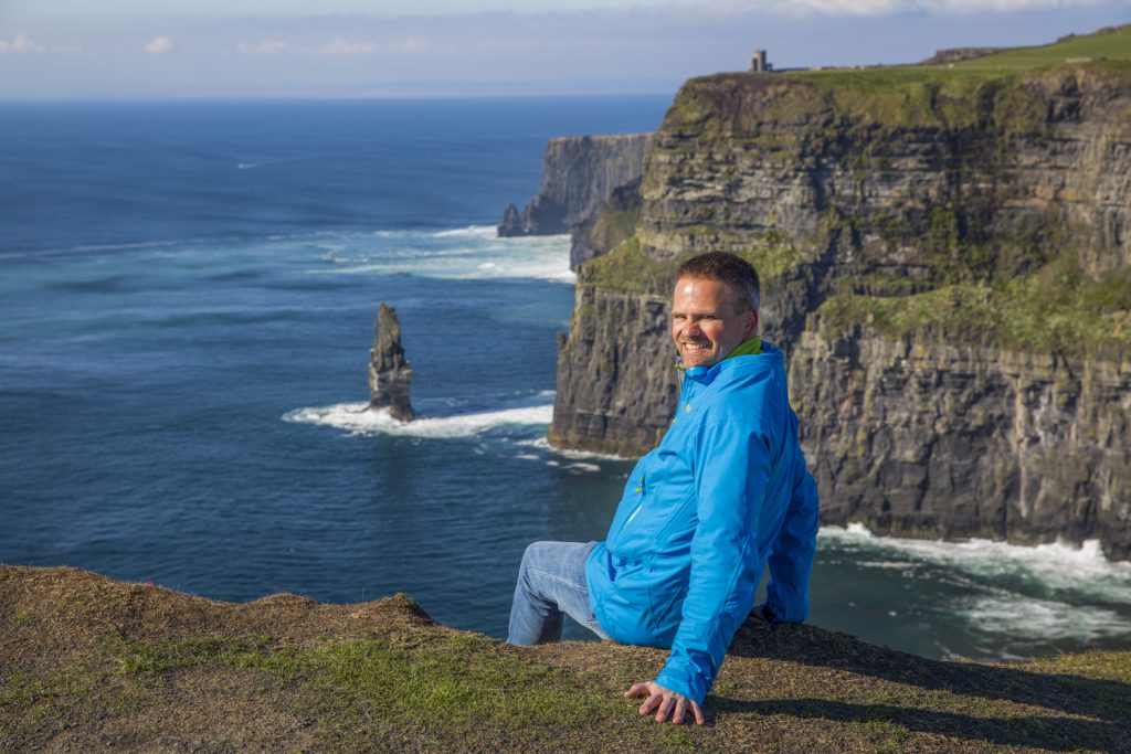 Jag sitter och poserar 200 möh för den obligatoriska farliga bilden, vid Cliffs of Moher