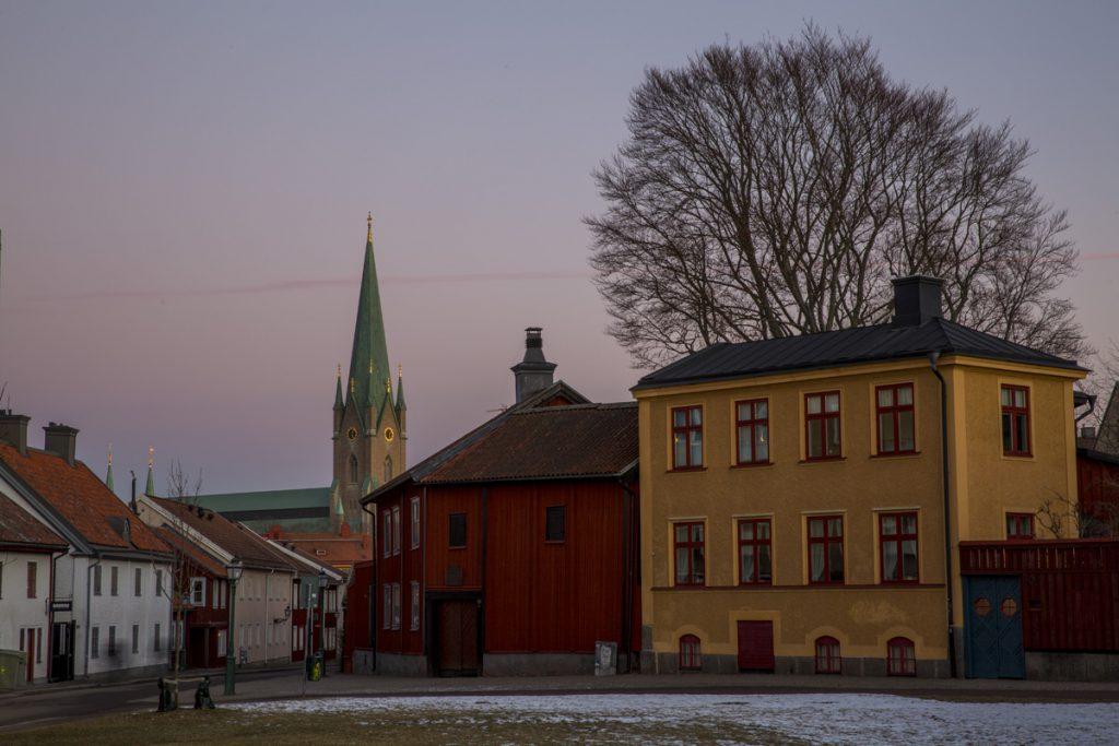 Hunnebergsgatan och Onkel Adamsgården i Linköping, med Linköpings domkyrka i bakgrunden