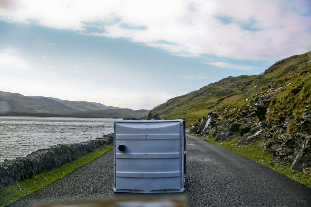 Irländska vägarna är som sagt lite lynniga. Man vet aldrig vad som döljer sig bakom nästa krök. Mest förvånade blev vi när vi mötte en toalett mitt på vägen...