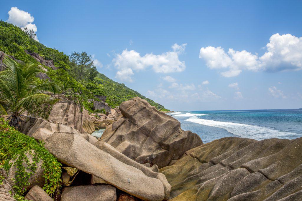 Uppför och nedför stora stenformationer, en utmaning i värmen