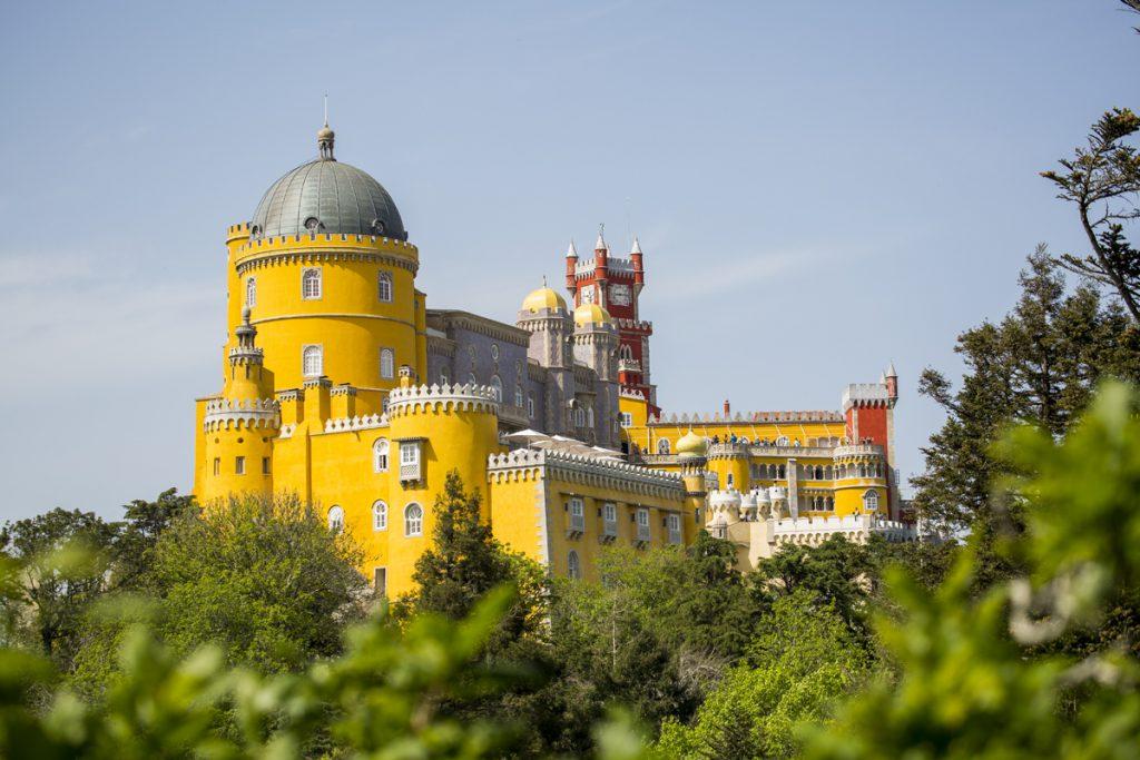 Det här slottet heter Pena och ligger inte i Lissabon utan i Sintra.
