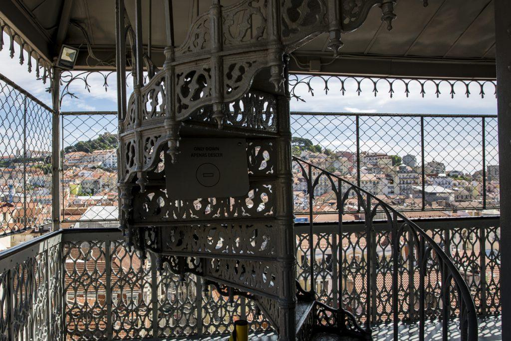 Elevador de Santa Justa. Man kan gå uppför backarna om man inte vill betala för hissen. Men de sista våningarna i den smala trappan kommer man inte undan och de är en upplevelse i sig.
