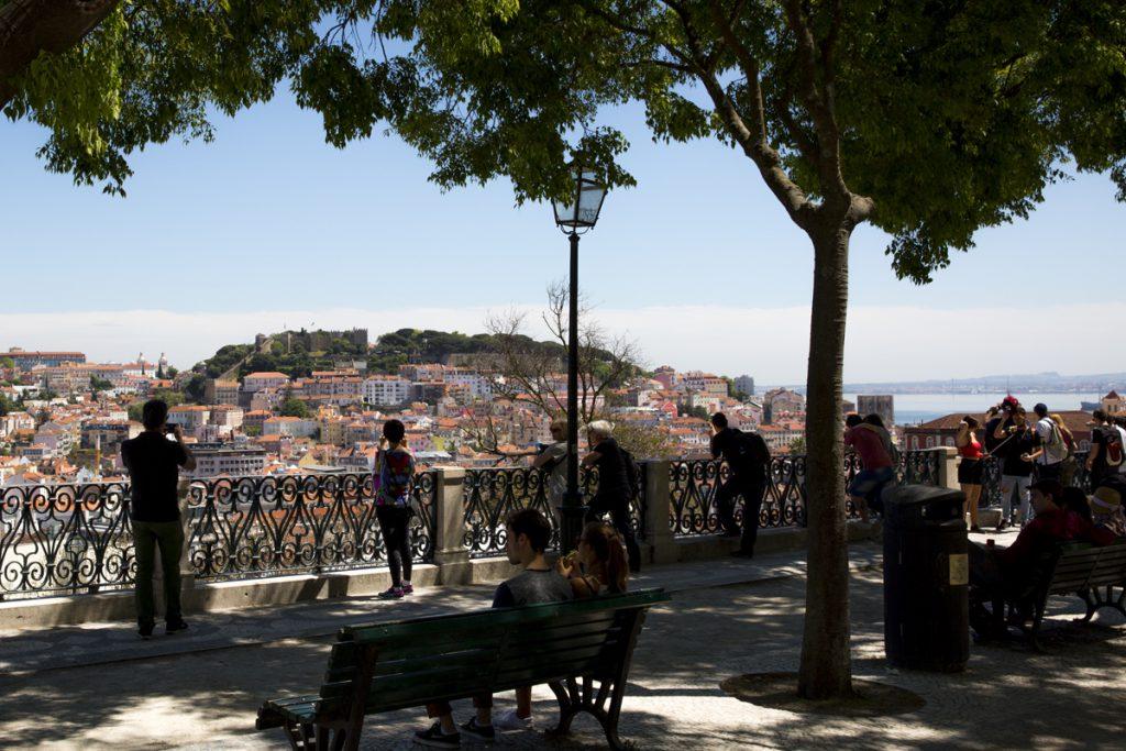 Miradouro de São Pedro de Alcantara, en av Lissabons många fantastiska utsiktsplatser. Här finns skuggande träd, fontäner, lekplatser, café och restauranger och man behöver inte gå uppför backarna - det finns spårvagn!