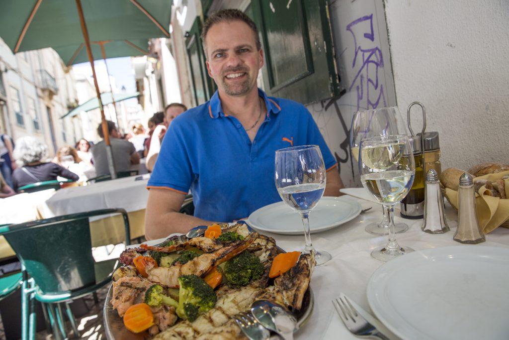 I Bairro Alto finns gott om restauranger. Här ska vi äta dagens fisk.