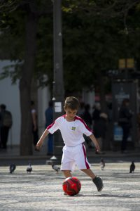 Ylva har hittat en blivande Ronaldo? Hög koncentration i dribblingarna på torget Rossio.