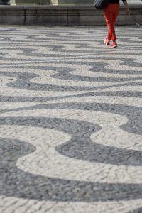 Ylva hittar ett par röda byxor som är ute och går på torget Rossio