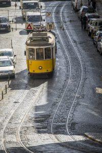 Slalomliknande spårvagnsspår på Lissabons gator. Här i stadsdelen Baixa