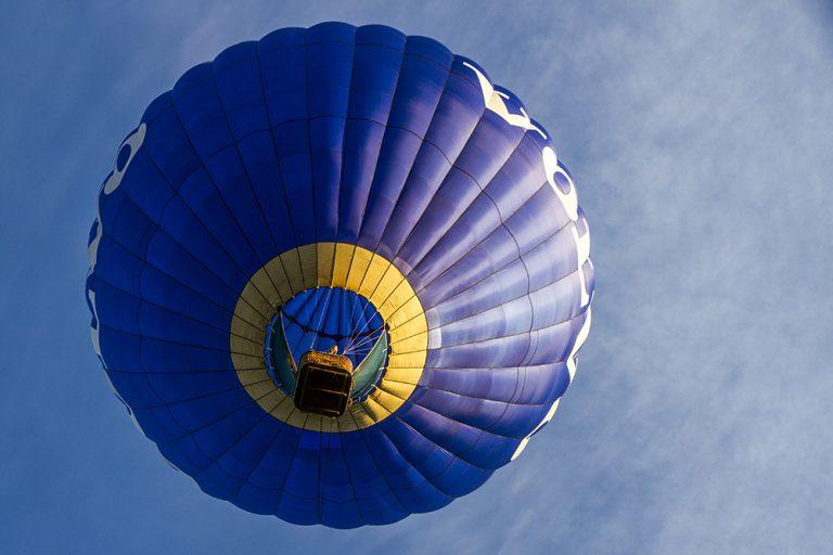 Luftballong mot blå himmel