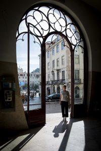 Ylva i porten in till den vackra stationsbyggnaden Rossio i centrala Lissabon