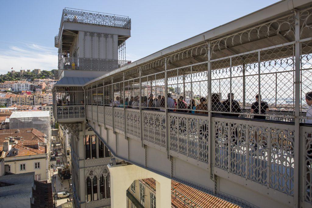 Gångbron till häftiga utsiktstornet Elevador de Santa Justa. Tornet sägs har ritats av en av Eiffels lärlingar