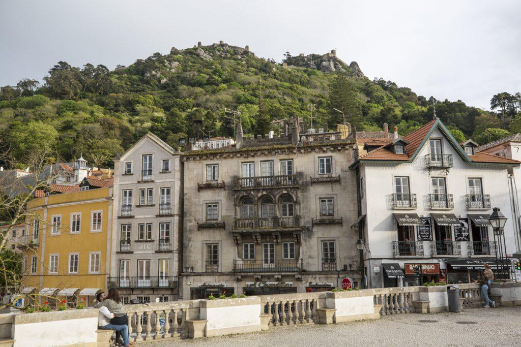 Centrala Sintra med den Moriska borgen vakandes över staden på berget Serra de Sintra