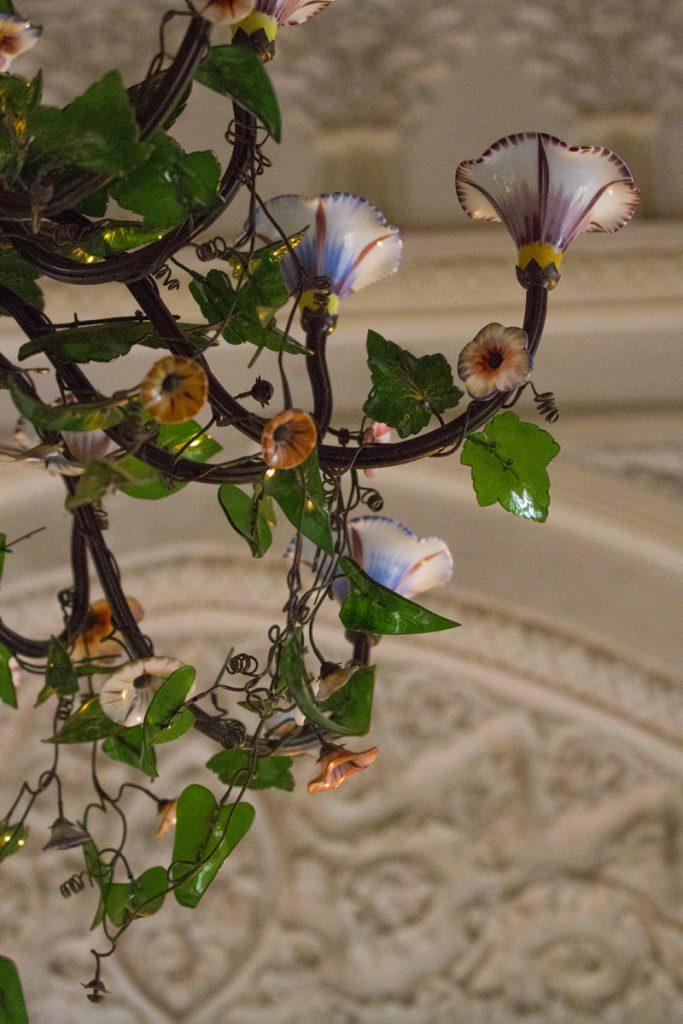 En taklampa föreställandes blommor och blad, kanske vore nåt att ha hemma.