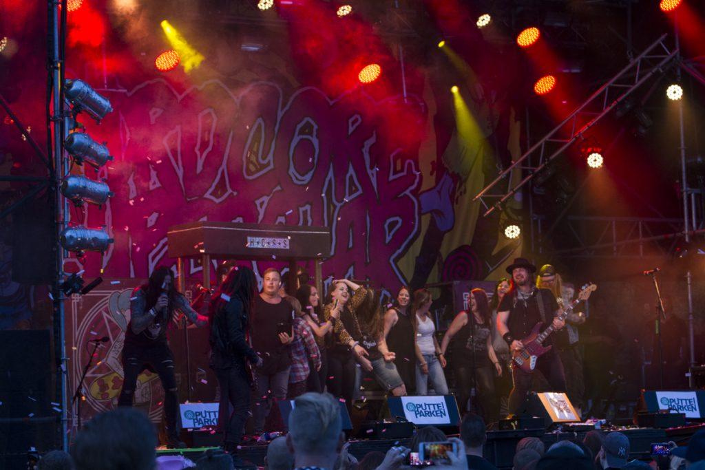 Hardcore Superstar avslutar konserten med lite barhäng och körsång
