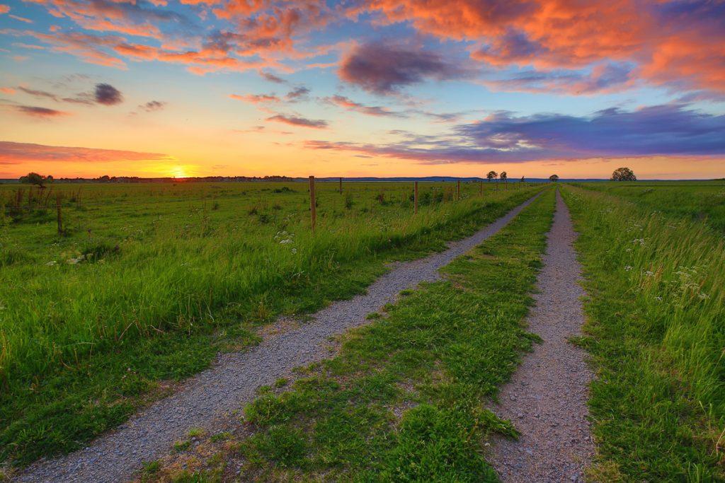 En väg på Östgötaslätten som leder till...Roxen