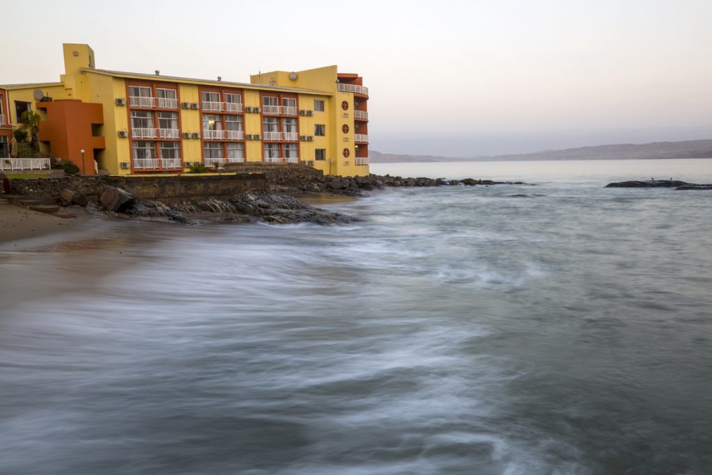 Vågorna skvalpar in mot Nest Hotel