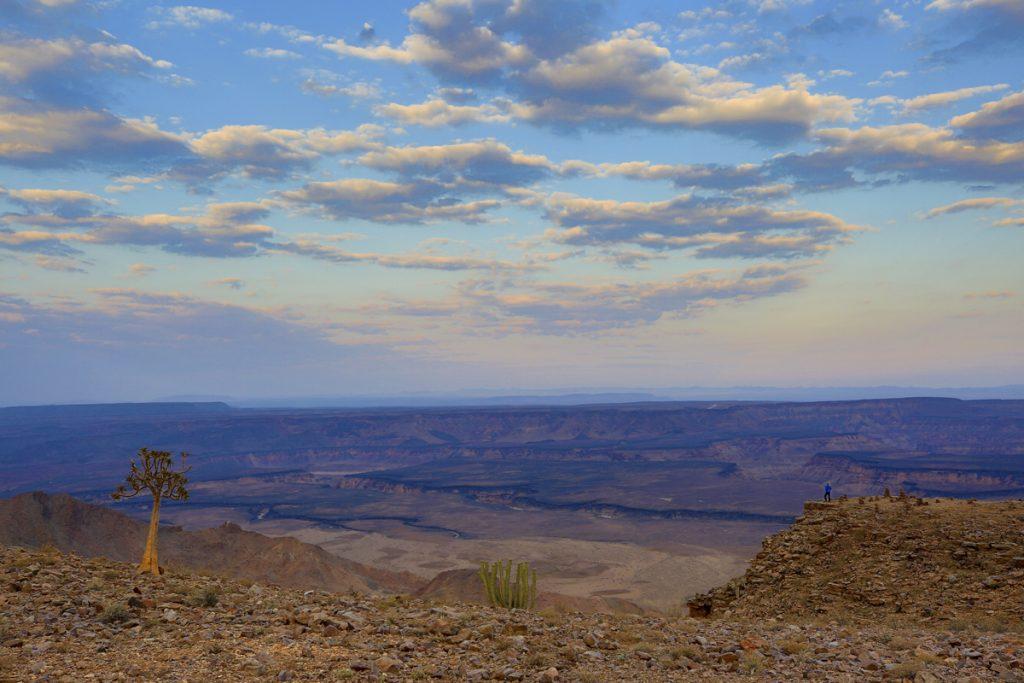 Ylva blickar ut över mäktiga Fish River Canyon. I naturens stora vyer blir människan ganska liten.