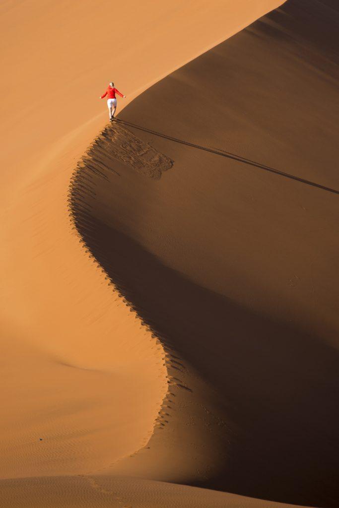 Ylva på väg uppför vår egna sanddyn
