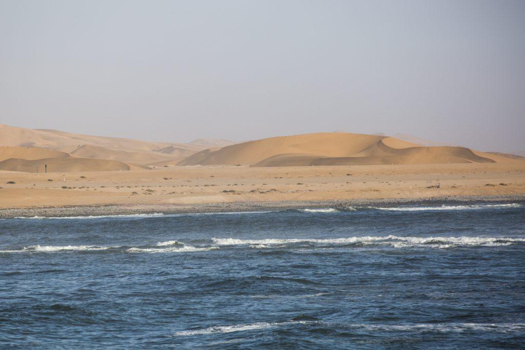 Längs Namibias kust möter öken havet, som enda platsen i världen. Just här är det dock en väg emellan.