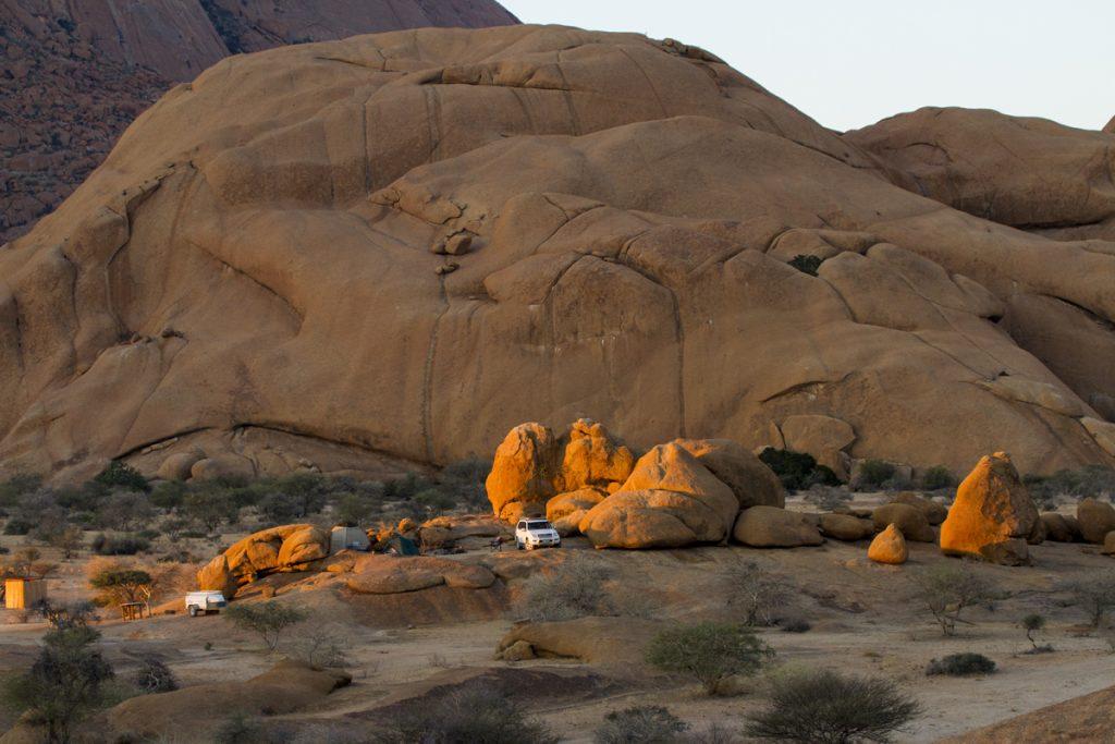 Solen lyser på en av de 20 platser man kan campa på vid Spitzkoppe campsites