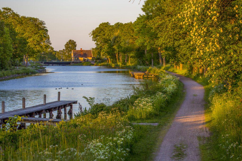 En underbart skön kvällspromenad lång Göta Kanal vid Ljungsbro