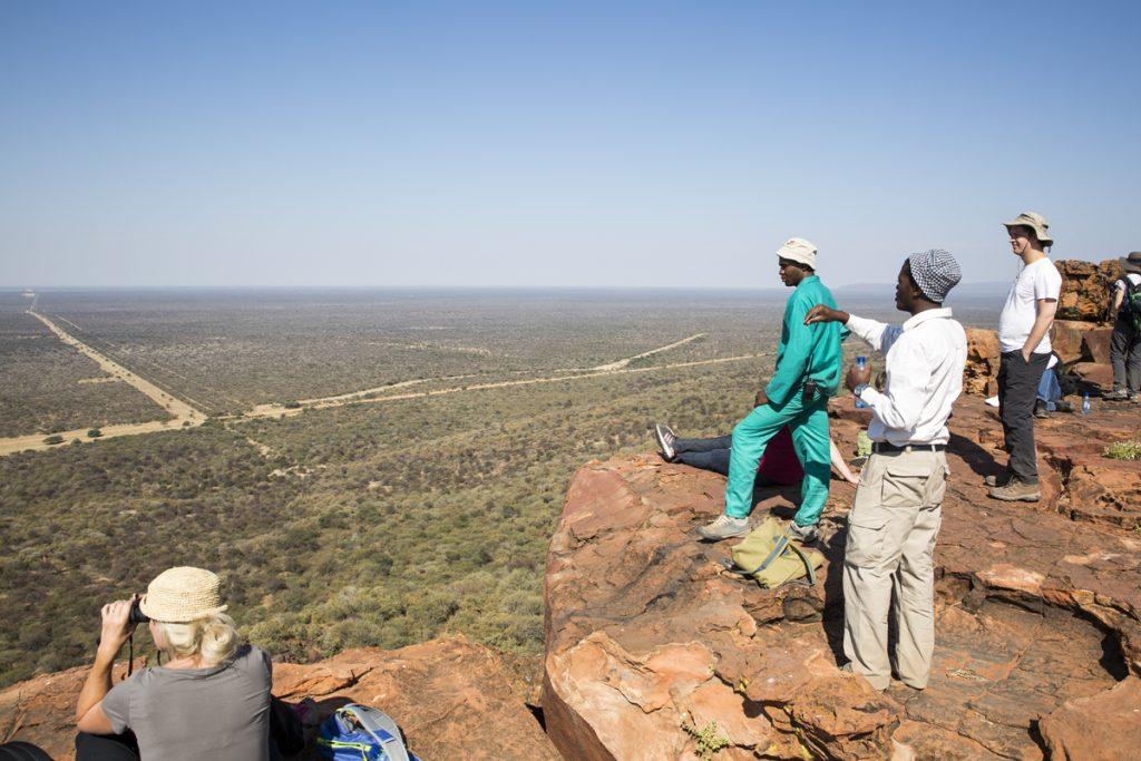 Foreman berättar vad vi ser från Waterberg plateau, 200 meter öven savannen