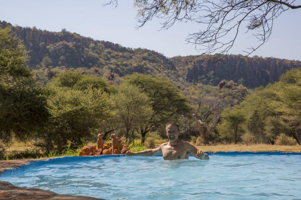 Efter en 4 timmars vandring är det skönt med ett svalkande dopp i den vackert belägna poolen. Som sällskap har jag tre surikater i sten