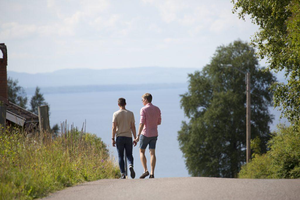 Två bröder på promenad i Tällberg i Dalarna