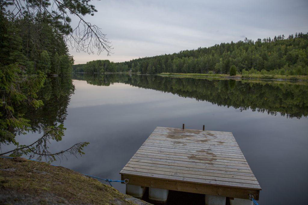 Ett ljummet kvällsbad i en liten sjö i Östergötland
