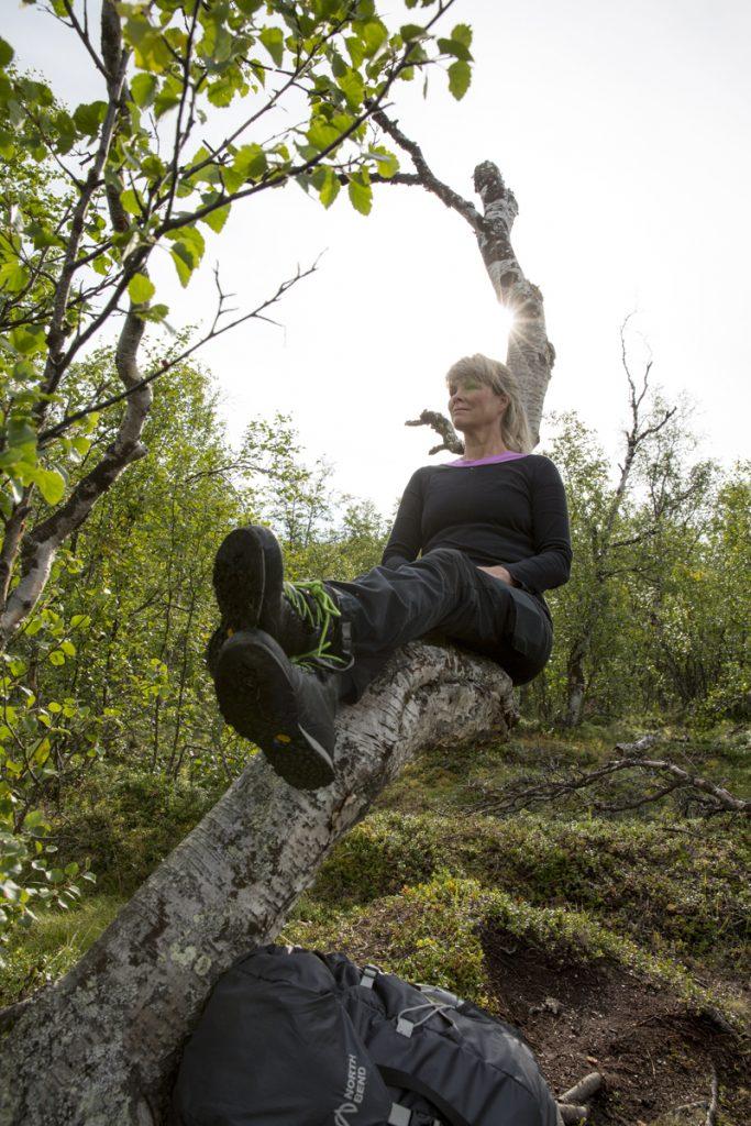 Ylva har hittat en bekväm björkstol. Ska tilläggas att hon inte har storlek 52 i kängor.