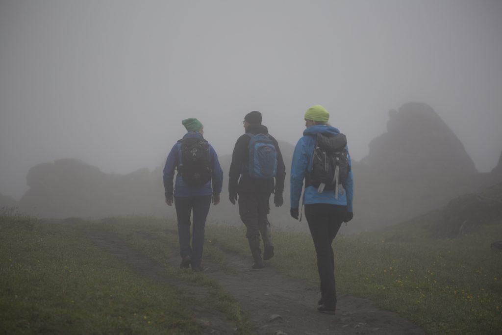 Vi vandrar i molnen längs Stendalen som vi inte ser så mycket av mer än de närmaste stenbumlingarna