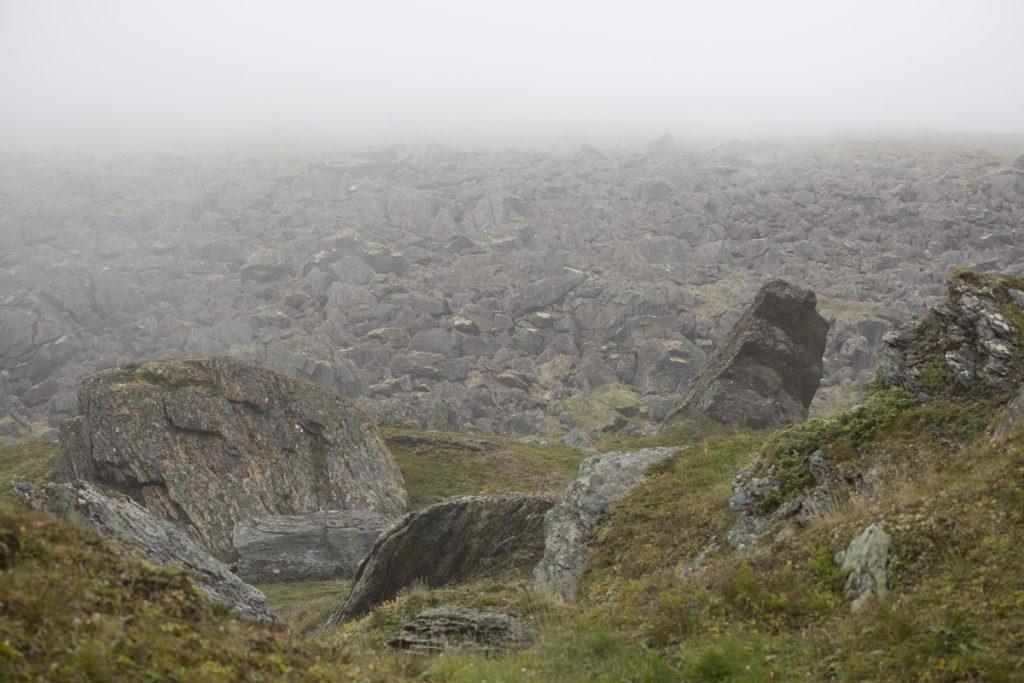 När molnen skingras för en stund ser vi den enorma mängs stenblock som inlandsisen en gång i tiden drog med sig