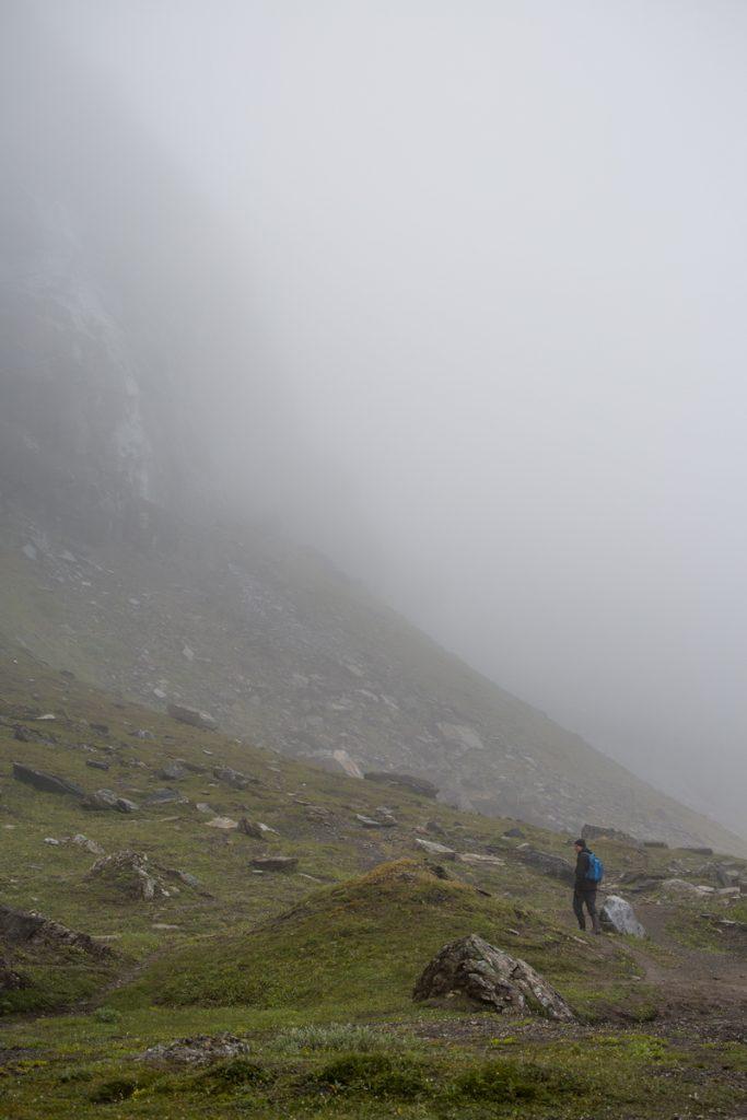 I molnen kan vi ana de höga bergen som omger dalen