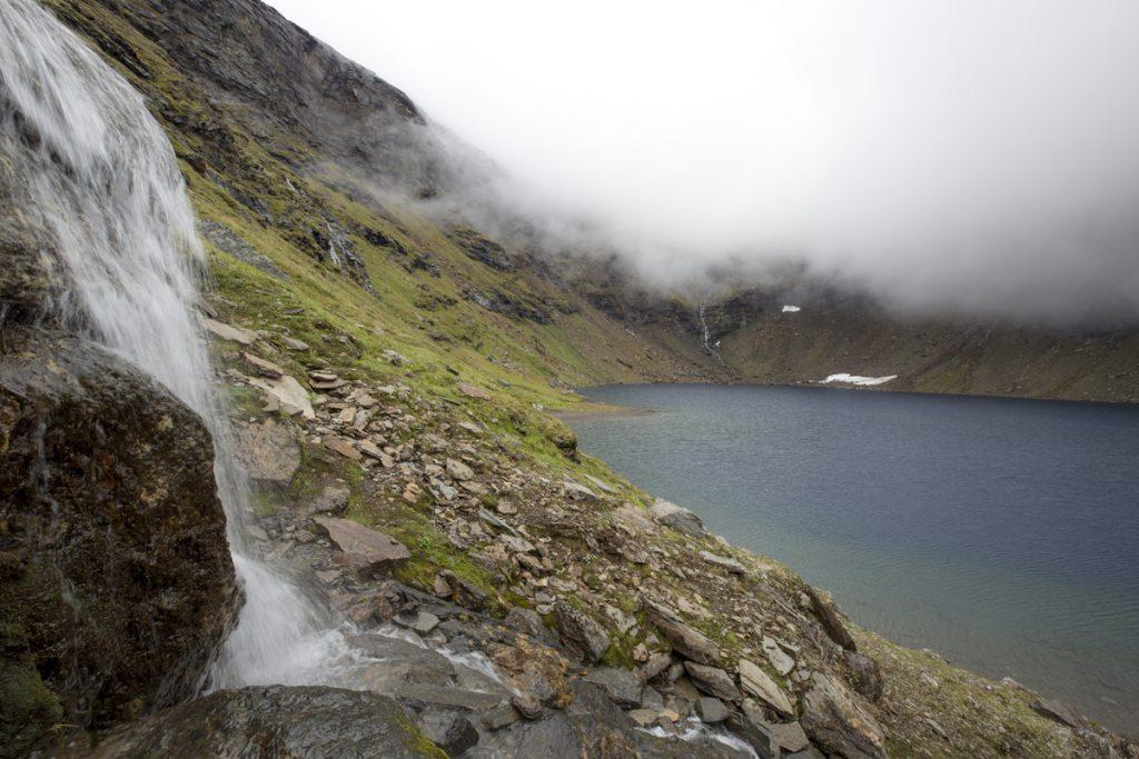 Trollsjön med en av många små bäckar som rinner till