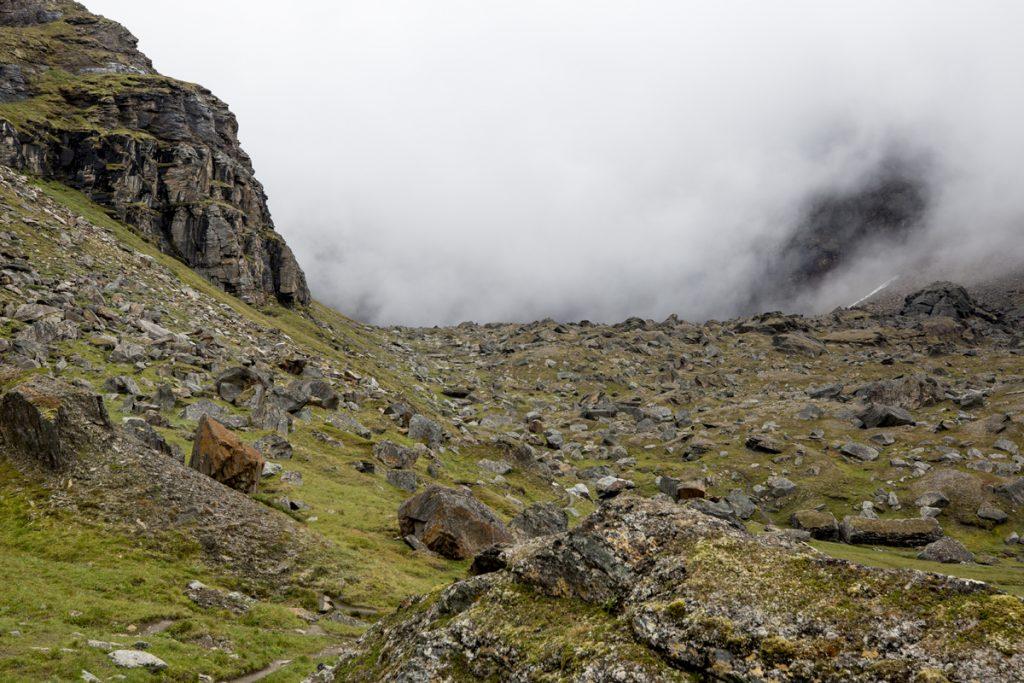 Molnen har skingrats något och vi ser mer av den stentäckta dalen