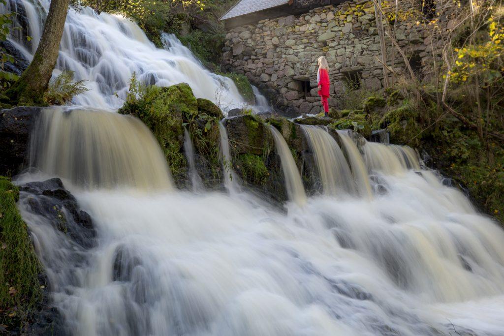 """Sveriges vackraste vattenfall ligger i Småland, här förädlat med """"a woman in red"""""""