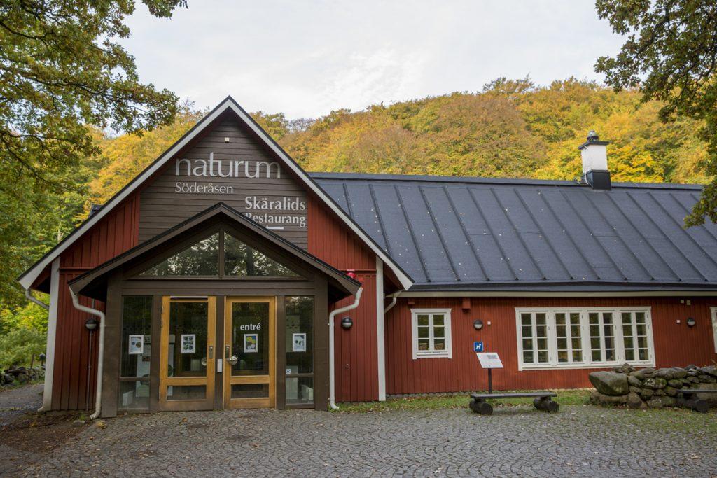 Naturum i Skäralid, där de flesta av vandringarna utgår ifrån.
