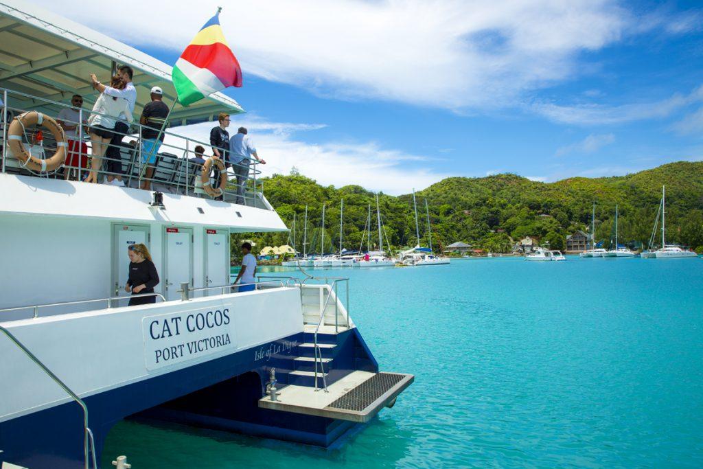 Båten Cat Cocos tog oss från Mahe till Praslin