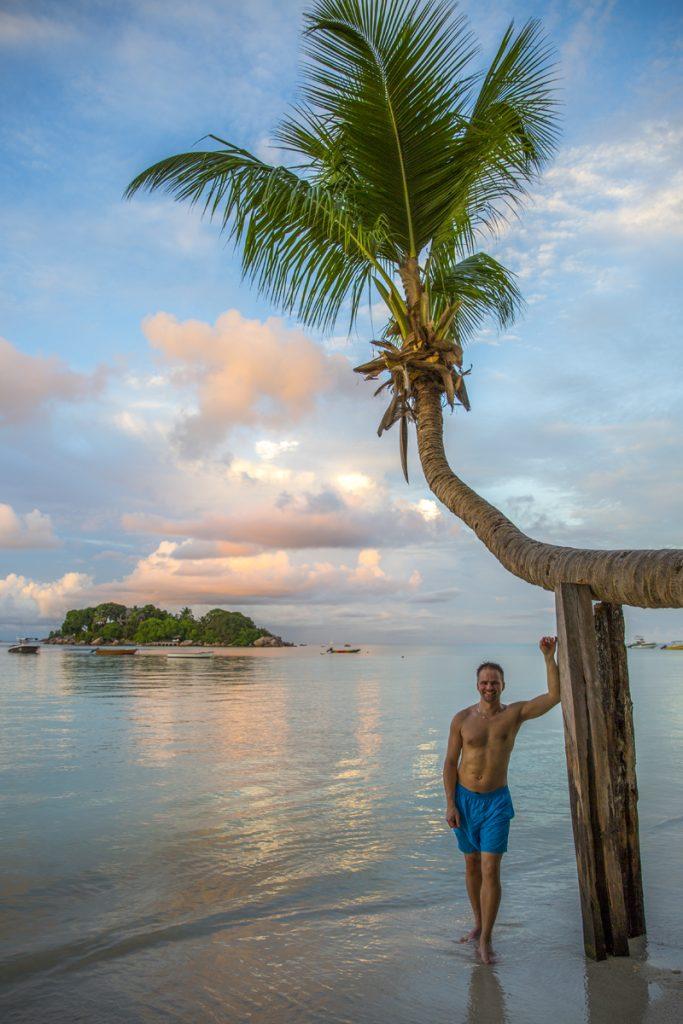 En palm att stötta sig mot behövs när man gått längs hela den 2,5 km långa stranden Anse Volbert