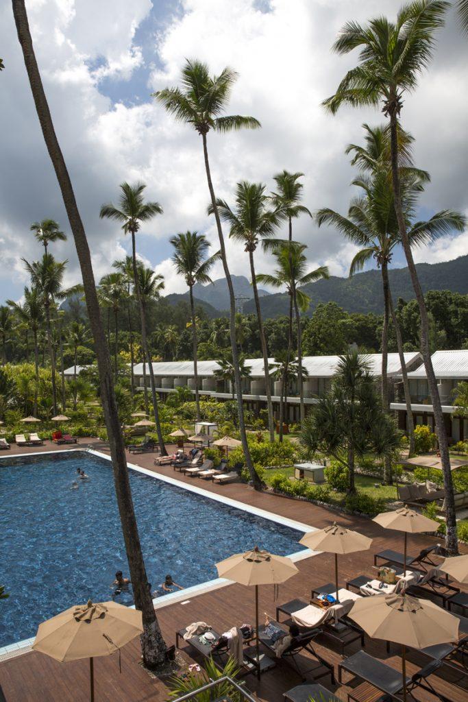 Jättehöga palmer omger poolområdet