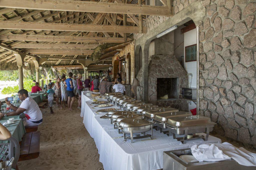 Vi hittade en restaurang på södra delen av ön som serverade lunchbuffé