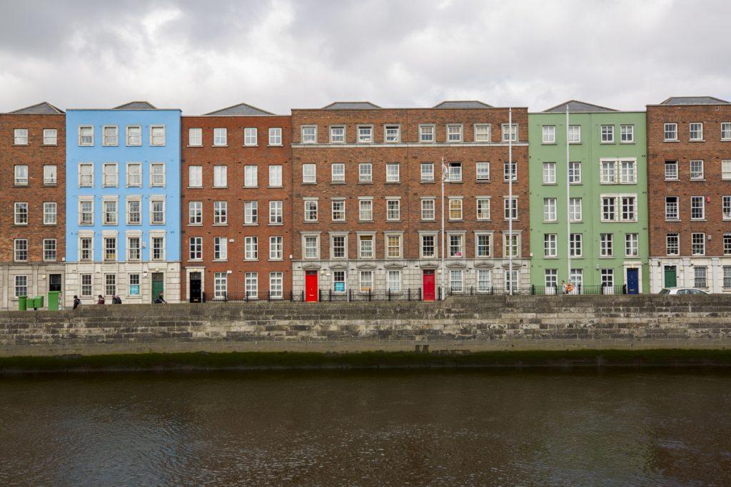Två färgglada hus på andra sidan floden Liffey