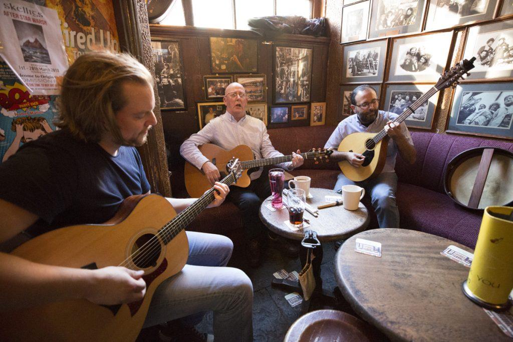 Victor tar i för full hals och visar sig ha en fantastisk stämma som sprider de irländska tonerna långt in i lokalen
