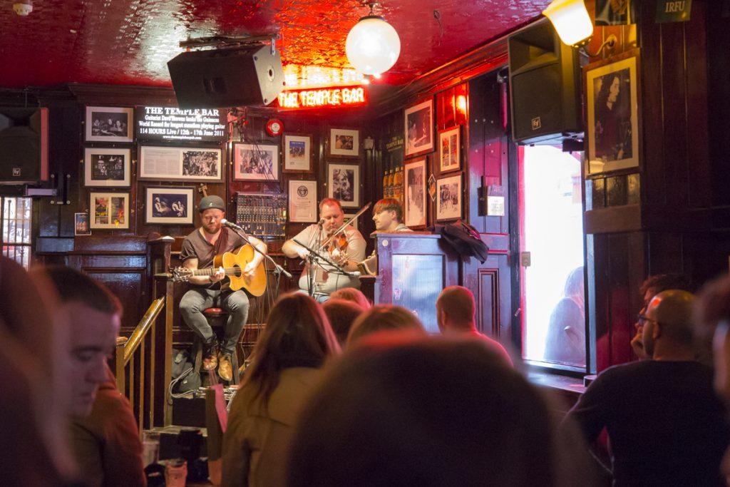 Redan kl 13 på eftermiddags började den Irländska musiken vilket den gör 7 dagar i veckan