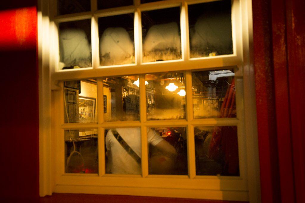 Musiken fortsätter hela kvällen och det blir varmt och fuktigt i lokalen