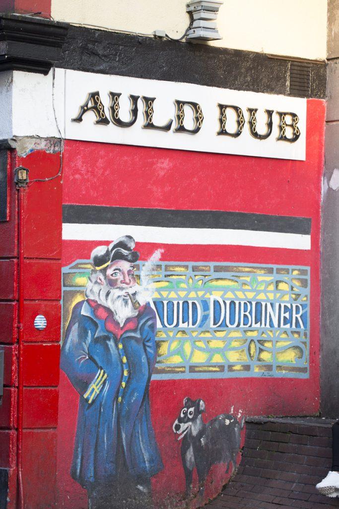 En del pubar pryder sin yttervägg med snygga målningar - här Auld Dubliner
