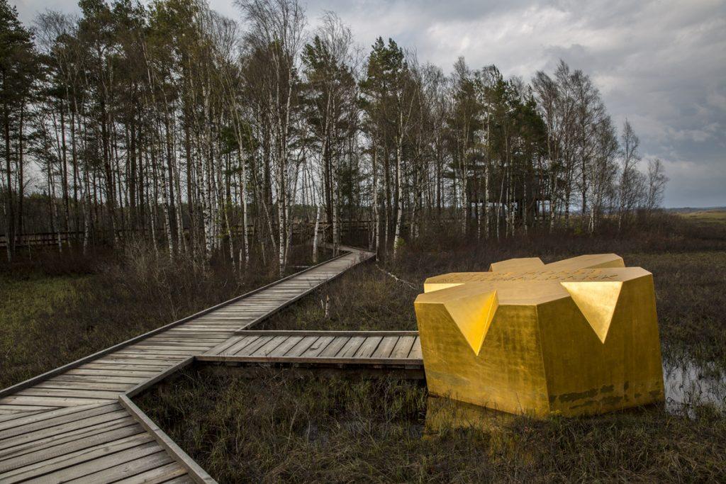 Nationalpark-Stjärnan av guld placerad mellan Naturum och fågeltornet