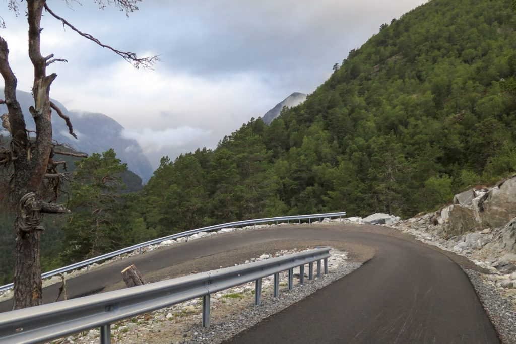 Den nya vägen byggdes 2017 och leder till den översta parkeringen med 30 platser. Man sparar ca 2,5 - 3 timmar på att parkera på den övre parkeringen och förkorta vandringen med 8 km.