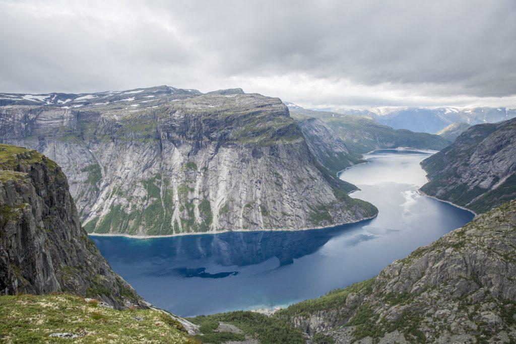 Bara några meter till och bakom kullen och alla andra människor kan man i lugn och ro sitta och njuta av matsäcken och den magiska utsikten